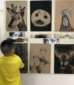 חסר מאפיין alt לתמונה הזו; שם הקובץ הוא אלחריזי-תל-אביב-ילדים-יצרו-תערוכת-אמנות-בנושא-בעלי-חיים-259x300.jpg